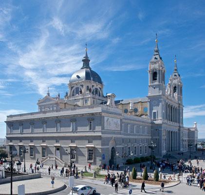 In diesem Jahr wurde die Kathedrale von Papst Johannes Paul II. geweiht und zugleich zur Bischofskirche des Erzbistums Madrid erhoben