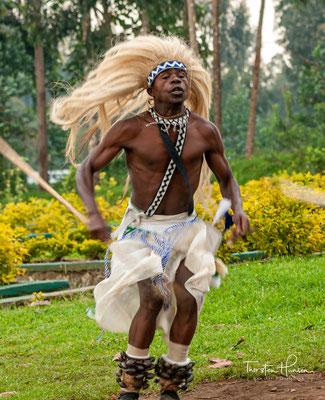 """Laut Mzee Gaston Nsanzabaganwa, 72, Ruandas Historiker und Literaturexperte, """"brachte eine politische Asylbewerbergruppe den berühmten Intore-Tanz nach Ruanda"""""""