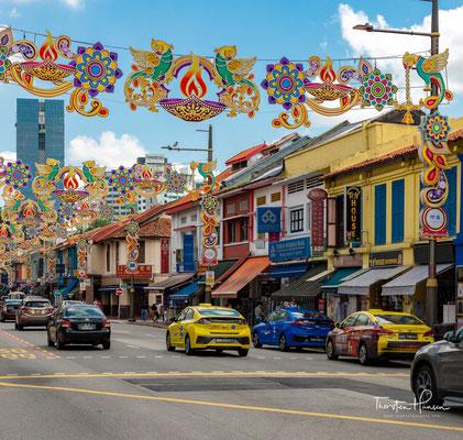 Serangoon Road, die sich durch ganz Little India zieht, gehört zu den ältesten Straßen in Singapur. Einer der ältesten hinduistischen Tempel, der Sri Srinivasa Perumal Temple (erbaut 1885) befindet sich hier.