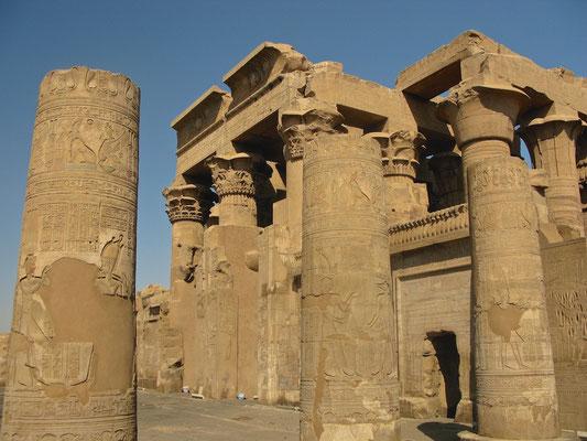 Säulen im Hof von Kom Ombo