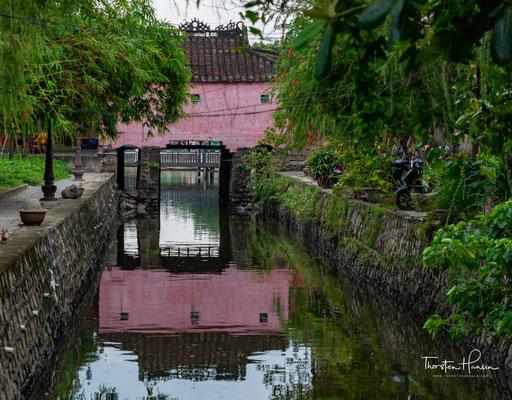 Begonnen wohl im Jahr des Affen (申 shēn: Affe (猴 hóu) wendig), wurde der Brückenbau im Jahr des Hundes (戌 xū: Hund (狗 gŏu) treu) fertiggestellt