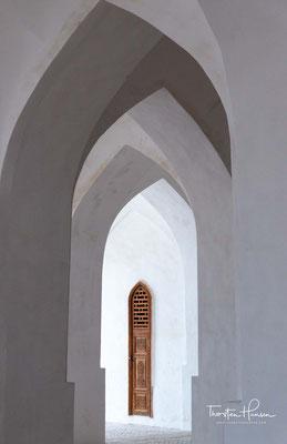 Direkt unterhalb der Kuppel finden sich Schriftzeichen aus dem Koran, die einen Großteil der Kok Gumbaz einnehmen.