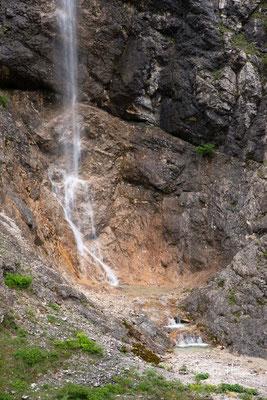 Das direkt angrenzende bayerische Naturschutzgebiet Karwendel und Karwendelvorgebirge misst weitere 190 km².