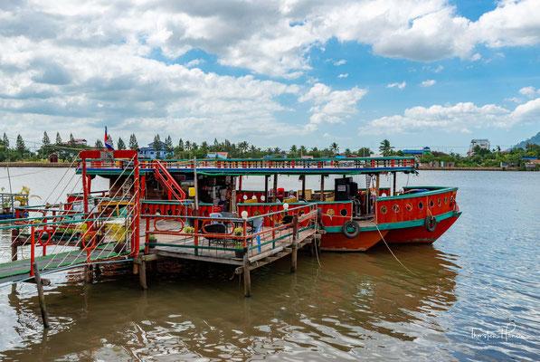 Ausflugsboot und Restaurant in Kampot