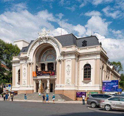 An der Ostseite des Lam Son-Platzes steht das 1899 eröffnete Stadttheater, dessen kolossaler, kuppelförmiger Eingang Richtung Südwesten auf die Le Loi weist. 1955 war dort vorübergehend die Nationalversammlung untergebracht