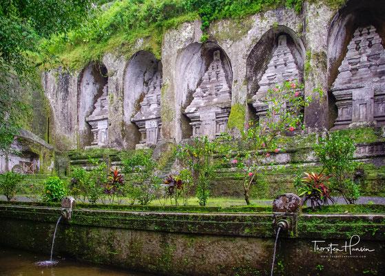 Für den Vater und früheren Herrscher Balis, König Udayana, dessen Frau Mahendradatta und dessen Söhne Airlanga, Marakata und Anak Wungsu selbst.