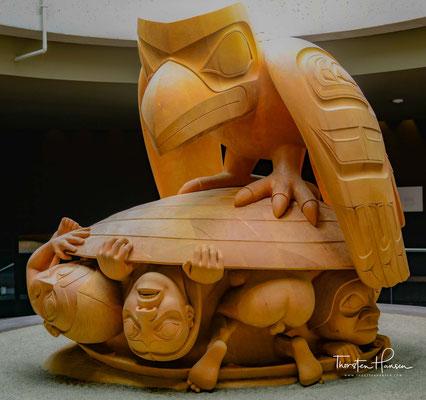 """Die 1980 erstmals ausgestellte Skulptur """"Raven and the first Men"""", die heute im Museum of Anthropology der University of British Columbia steht."""