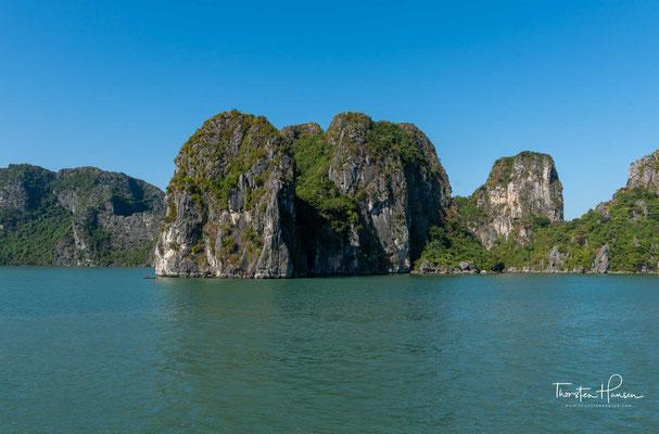 In den Grotten wie z. B. Hang Trống (Trommelgrotte) und Höhlen wie z. B. Hang Đầu Gỗ (Höhle der hölzernen Pfähle) gibt es bizarr anmutende Stalaktiten und Stalagmiten.