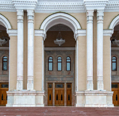 Das Theater ist benannt nach dem Kunstförderer, Dichter, Bauherrn, und Politiker Mir ʿAli Schir Nawāʾ, der im 15. Jahrhundert wirkte und in Usbekistan als ein Nationalheld gilt