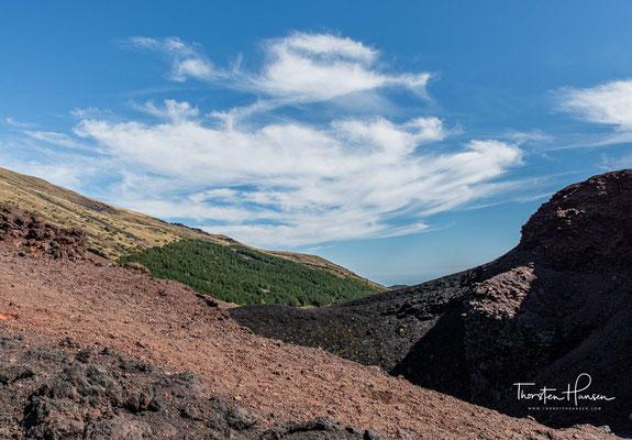 Andere Beispiele für von diesem tektonischen Prozess hervorgerufenen Vulkanismus sind der Vesuv und die Liparischen Inseln.