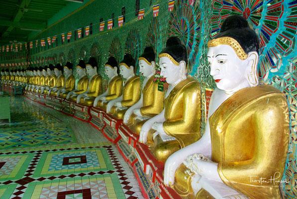U Min Thonze-Pagode, die Pagode der 30 Höhlen. Fünfundvierzig golden gewandete überlebensgroße Buddhastatuen stehen in einer Kolonnade, die den Grundriss einer Mondsichel aufweist.