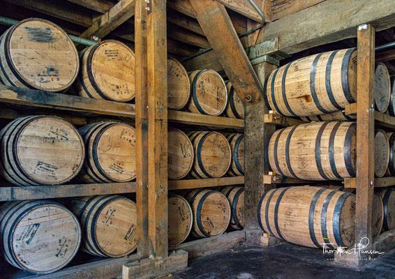 Meist geschieht dies aber nach der Reifung und nicht wie bei Jack Daniel's davor; während Jack Daniel's einmal durch eine 3m breite Schicht Holzkohle läuft, nutzen die meisten anderen Hersteller eine dünnere Schicht, durch die der Whiskey mehrfach läuft