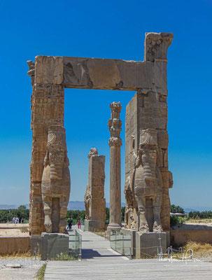 Die Decke des Tores aller Länder war auf vier gut 16,5 Meter hohe Säulen gestützt. Die Basis dieser Säulen war glockenförmig und hatte vertikale Kannelierungen.