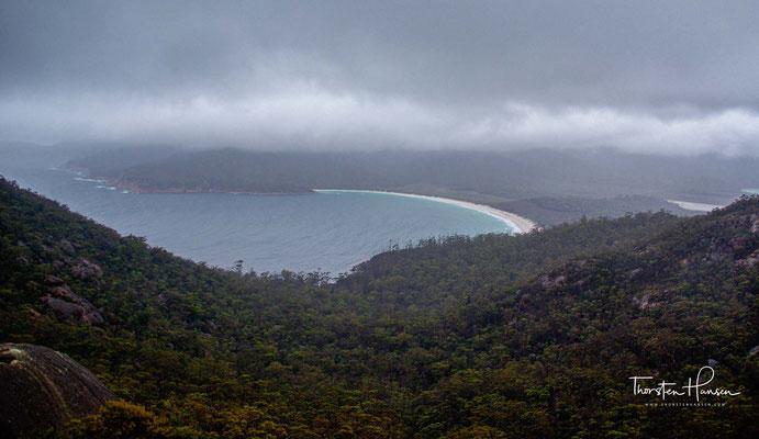 Die Weinglasbucht (Englisch: Wineglass Bay) befindet sich im Freycinet-Nationalpark an der Ostküste Tasmaniens.