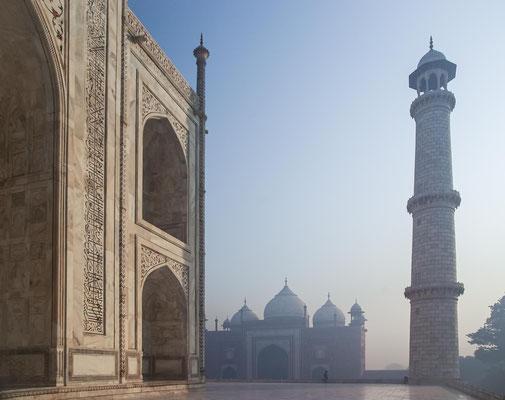 Die Baumaterialien wurden aus Indien und anderen Teilen Asiens mit Hilfe von ca. 1000 Elefanten herangeschafft.