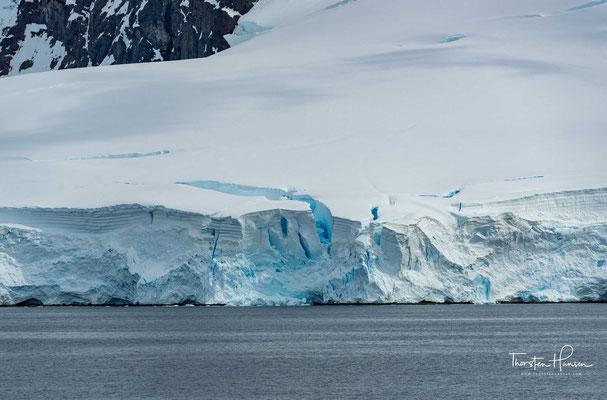 Die umgegeben, über 2000m hohen Berge und die eingestreuten Inseln machen sie zu einem attraktiven Kreuzfahrtziel