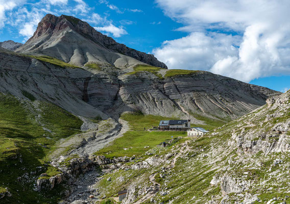 Sie ist außerdem direkt an den Dolomiten – Höhenwegen Nr. 2 und Nr. 8 gelegen und dient daher als wichtiger Stützpunkt für diese Fernwanderwege.