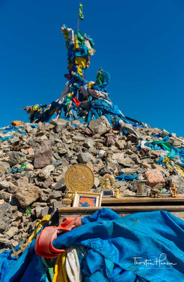 Die folgende Religionsform war der Schamanismus (mong. buu murgul). Der Schamane oder die Schamanin tritt zum Wohle der Gemeinschaft mit der übersinnlichen Welt in Kontakt.