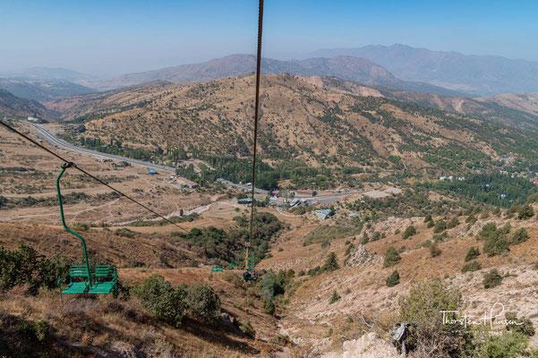 Chimgon befindet sich in einer Höhe von 1600 m, etwa 90 km östlich von Taschkent, der Hauptstadt Usbekistans. Die Westausläufer des Tianshan haben auch den Namen Tschatkalgebirge und bilden den Ugom-Chatqol-Nationalpark.