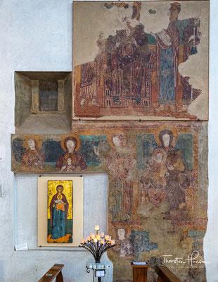 Im Inneren sind bei Restaurierungsarbeiten erst im 20. Jahrhundert Fresken aus verschiedenen Epochen, die übertüncht waren, wiedergefunden worden.