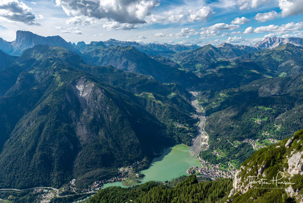 Blick auf den über 1000m tiefer gelegenen Alleghe See