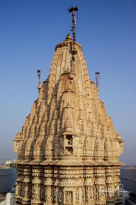 Der Jagdish-Tempel ist einer der wenigen Tempelbauten Nordindiens aus der Zeit der Mogul-Herrschaft und wurde 1651 im Indo-Arier Stil erbaut
