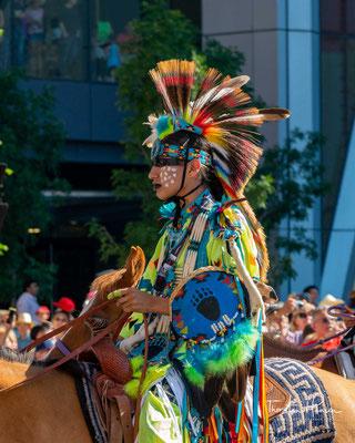 """...ein Rancher und Fleischverarbeiter –) Calgarys Gelder und ließen, um den Kummer zu verdrängen, eine wilde Rodeo-Show steigen – die """"Stampede"""""""