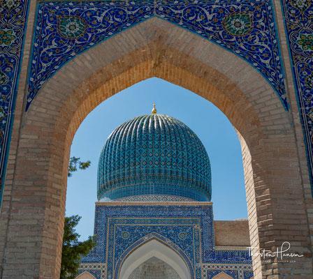 Es wurde in den Jahren 1403/04 erbaut und gilt als herausragendstes Beispiel der unter den Timuriden entwickelten besonderen Konstruktion einer doppelschaligen Kuppel