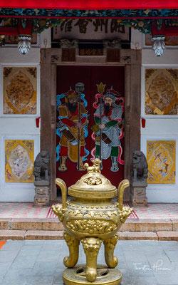 Beim Bummeldurch die kleinen Gassen von Hoi Ans Herzstück fallen vor allem die gelb gemalerten Häuser auf, die zu beiden Seiten zu finden sind. Rosafarbene Blüten und Holzverzierungen bilden einen charmanten Kontrast.