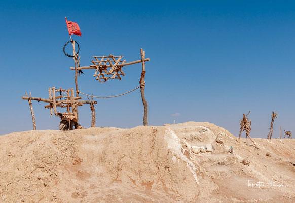 Aushubkegel mehrerer Ketten von Qanat-Schächten bei Erfoud - der kilometerlangen Wasserversorgung für die Oasen Marokkos