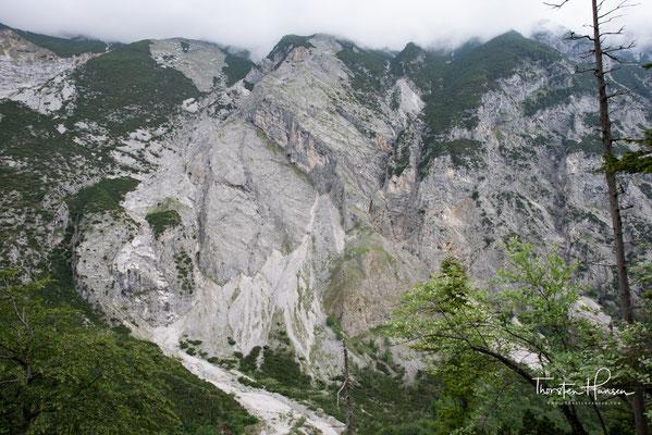 """Das Bettelwurfmassiv mit dem """"Großen Bettelwurf"""" in den Wolken, ist mit 2726 m ü. A. der höchste Gipfel der Gleirsch-Halltal-Kette im Karwendel in Tirol sowie die fünfthöchste Erhebung des Karwendels."""