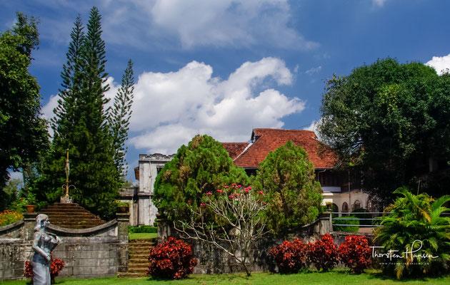 Der Palastkomplex selbst besteht aus 49 Gebäuden und ist im traditionellen Kerala-Stil erbaut. Er ist von über 52 Hektar Terrassenland umgeben.