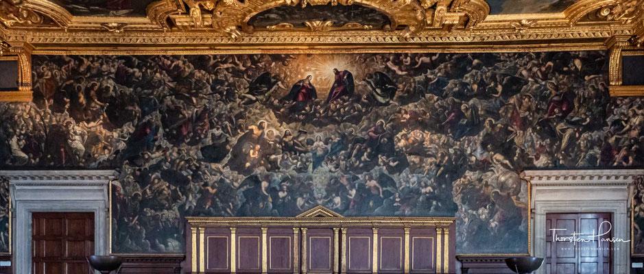 """Hier versammelten sich die etwa 1000 Adligen, die das Recht hatten, den Dogen zu wählen. Die hintere Wand wird in voller Breite von Jacopo Tintorettos Bild """"Das Paradies"""" von 1588 bis 1594 eingenommen."""
