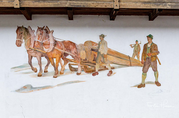 Deren Sprachschatz erstreckt sich vom Hauspatron oder Hauszeichen über biblische Darstellungen bis hin zu den klassischen Motiven der Bauernmalerei aus dem ländlichen Alltag und der Jagd