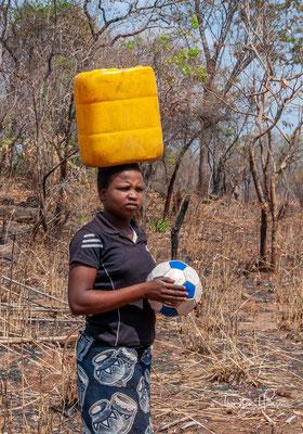 """Das heutige Sambia war bereits in frühmenschlicher Zeit besiedelt, wie ein Schädelfund in Kabwe (""""Kabwe 1"""") bezeugt. Frühe Bewohner waren San, die später durch Bantu verdrängt wurden."""