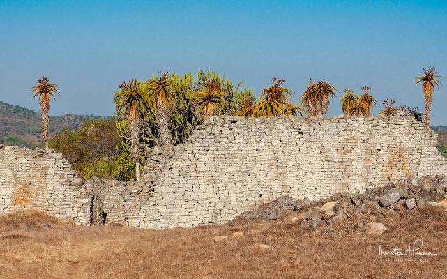 Groß-Simbabwe hatte in seiner Blütephase vom 11. bis zur Mitte des 15. Jahrhunderts bis zu 18.000 Einwohner, wurde von den Monarchen Simbabwes als königlicher Palast genutzt und war das politische Machtzentrum.