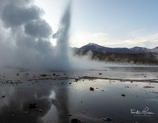 Am Fuß des Vulkankraters befindet sich ein Geothermalgebiet mit Geysiren und heißen Quellen.