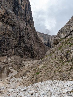 """Über Schotterwege aufwärts führt einen der Weg durch das """"Val Setus, bis sich das Tal verjüngt und die versicherten Passagen beginnen."""