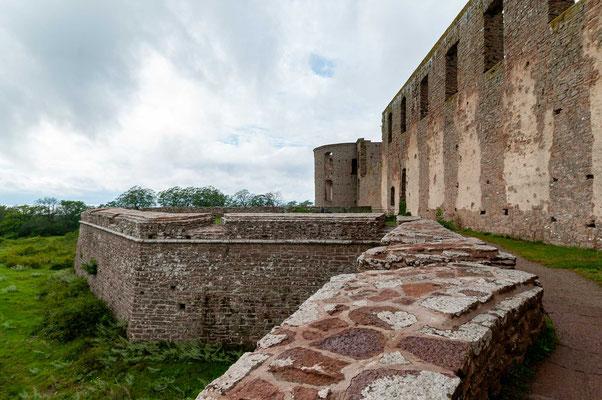 Nach einem Brand im 19. Jahrhundert ist es heute nur noch als Ruine erhalten, aber noch immer eine der bedeutsamsten Sehenswürdigkeiten Schwedens.