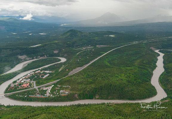 """""""Denali"""" ist der traditionelle Name des Berges, ein Wort aus der athapaskischen Sprache des nordamerikanischen Indianerstammes Koyukon, das """"der Große"""" oder """"der Hohe"""" bedeutet"""