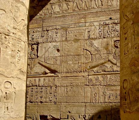 Farbige Reliefs in der Säulenhalle des Medinet Habu Tempels