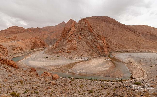 er ca. 282 km lange Oued Ziz entspringt im östlichen Hohen Atlas in Marokko und fließt südöstlich in die Sahara. Der Ziz durchfließt malerische Schluchten, deren Talsohle von Dattelpalmenoasen gesäumt ist, und bewässert die ebene Oasenlandschaft