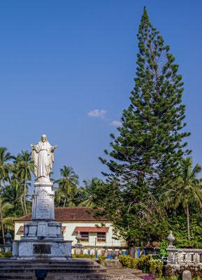 Die Kathedrale ist Sitz des Erzbistums Goa und Daman. Die Kathedrale, erbaut zwischen 1562 und etwa 1651/51, sollte durch die prachtvolle Architektur den Herrschaftsanspruch, den Reichtum und den Ruf des portugiesischen Kolonialreichs ausdrücken.