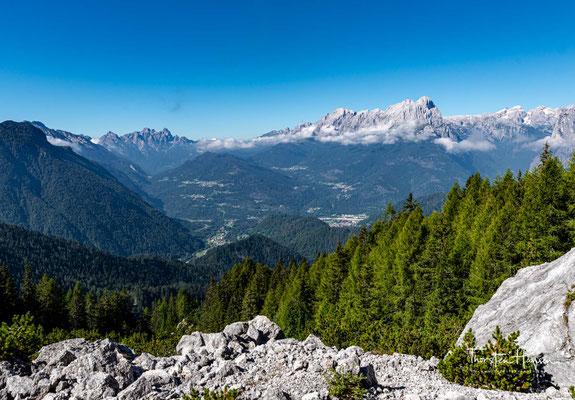 Gute vier Kilometer wandert man auf Schotterfeldern von dem Joch Forcella Dagarei....