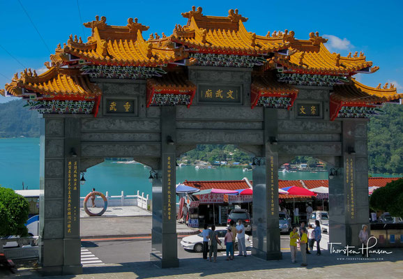 Während der japanischen Besatzungszeit gab es zwei Tempel am Ufer des Sees: den Longfeng-Tempel im Dorf Shuishe und die Yihua-Halle im heutigen Yitashao.