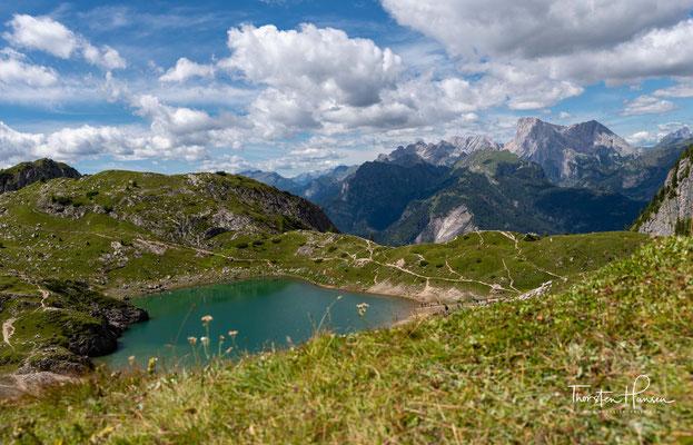 Der eiszeitliche See Lago Coldai auf 2143 m. Ein wunderschöner in den Dolomiten, der dementsprechend von Wanderer frequentiert wird