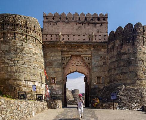 Die Stadt ist in ganz Indien bekannt und berühmt wegen ihres jahrhundertewährenden – in zahllosen Legenden und Geschichten überlieferten – zähen, aber letztlich erfolglosen Widerstands gegen die muslimischen Eroberer