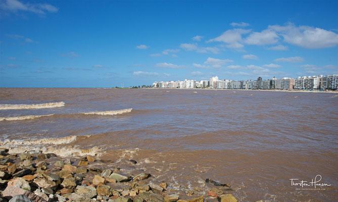 Der Río de la Plata, der 290 km lange und bis zu 220 km breite Mündungstrichter der südamerikanischen Ströme Paraná und Uruguay in den Atlantischen Ozean bezeichnet.