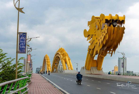 Die berühmte Drachenbrücke (vietnamesisch: Cầu Rồng) in Đà Nẵng
