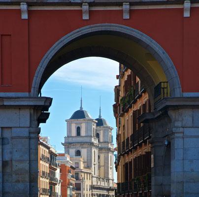 Die Plaza Mayor (deutsch Hauptplatz) befindet sich im Zentrum der spanischen Hauptstadt Madrid nur wenige Meter von der Puerta del Sol und von der Plaza de la Villa entfernt, direkt an der Calle Mayor.